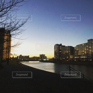 空,建物,屋外,湖,川,水面,樹木,都会,高層ビル