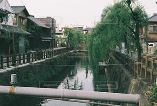 川と古き良き街並みの写真・画像素材[4359998]