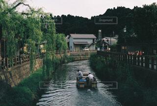 川を渡る小舟の写真・画像素材[4360001]