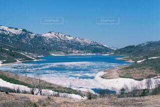 山と湖と雪解けの写真・画像素材[4360012]