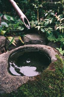 岩に落ちる水滴の写真・画像素材[4360050]