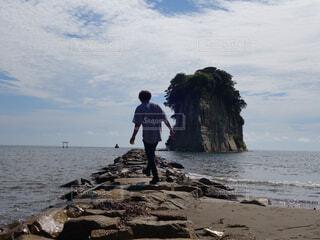 浜辺に立っている男の写真・画像素材[4362815]