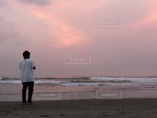 砂浜の上に立っている人の写真・画像素材[4362817]