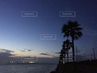 水の体に沈む夕日の写真・画像素材[4362822]