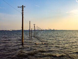 水の体に沈む夕日の写真・画像素材[4362811]