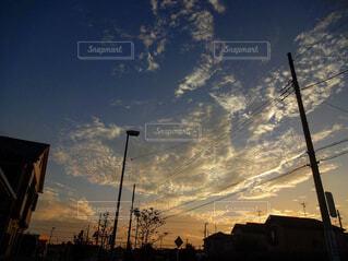 街の通りに沈む夕日の写真・画像素材[4362833]