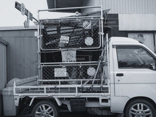トラックが建物の前に停車しているの写真・画像素材[4362830]