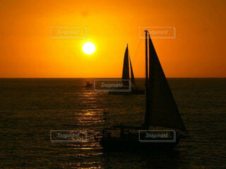 風景,海,空,屋外,太陽,ボート,夕暮れ,船,水面,水平線,オレンジ,旅行,ヨット,ハワイ,サンセット