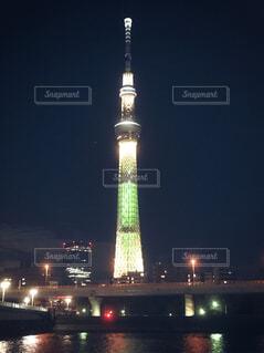 空,建物,夜,屋外,水面,光,都会,ライトアップ,キラキラ,高層ビル,灯台,明るい