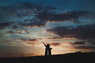 夕暮れに祈り。明日に一輪。の写真・画像素材[4362496]