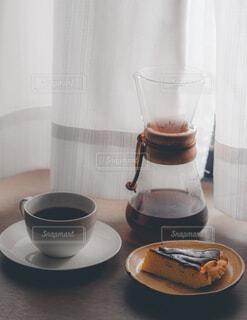 テーブルの上にコーヒーを一杯入れるの写真・画像素材[4362897]