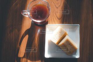 木製のテーブルの上に座っているコーヒーを一杯の写真・画像素材[4426372]