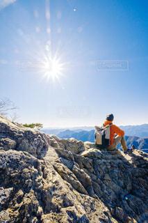 岩の上に立っている男の写真・画像素材[4569691]