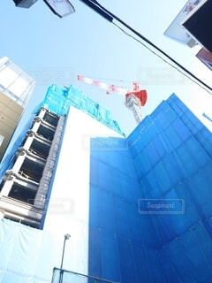 建物,赤,白,青空,青,高層ビル,クレーン,工事,鉄筋,工事中