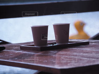 自然,コーヒー,屋内,屋外,湖,水,テラス,テーブル,座る,マグカップ,食器,カップ,デスク,キャンプ場,木目,アヒルボート,湖畔,ゆるキャン△