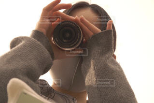 女性,カメラ,人物,人,グレー,レンズ,覗く,下アングル,センター分け