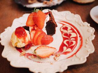 皿の上のケーキの写真・画像素材[4364510]