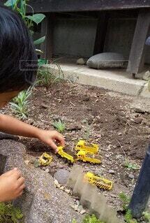 子ども,屋外,手,土,花壇,工事中,トミカ