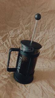 テーブルの上にコーヒーを一杯入れるの写真・画像素材[4369210]