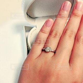 薬指にリングの写真・画像素材[4404808]