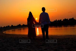 水の体の上に日没の前に立っての写真・画像素材[1594581]