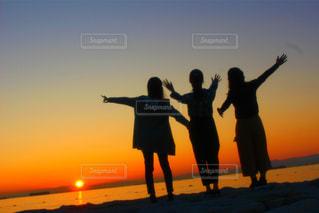 夕日をバックに友達と過去のこと未来のことについて語りました♪♪の写真・画像素材[1601157]