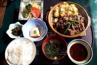 ランチ,屋内,サラダ,ごはん,味噌汁,肉,満足,野菜たっぷり,ごどうふ