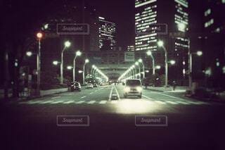 空,建物,夜,屋外,車,道路,暗い,都会,ヘッドライト,道,高層ビル,新宿,通り,車両,都庁前,街路灯,陸上車両