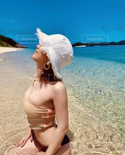 女性,海,空,屋外,南国,砂,ビーチ,水着,水面,少女,人物,人,笑顔,リゾート,ビキニ,モノキニ