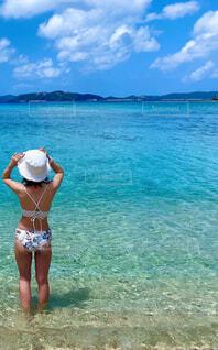 女性,海,空,屋外,ビーチ,後ろ姿,水着,水面,泳ぐ,人物,人,リゾート,ビキニ