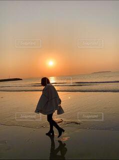 女性,男性,自然,風景,海,空,屋外,砂,ビーチ,夕暮れ,水面,海岸,人物,人