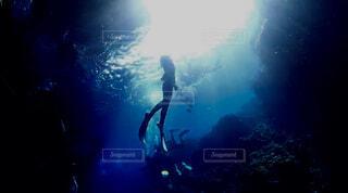女性,海,スポーツ,水族館,水面,泳ぐ,シルエット,人物,水中,ダイビング,シュノーケル,青の洞窟,スキンダイビング