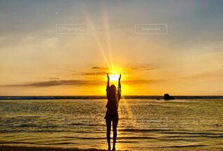 海,空,夕日,屋外,太陽,ビーチ,雲,水面,影,シルエット,人物,人,サンセット