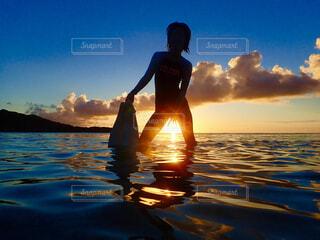 海,空,屋外,湖,太陽,ビーチ,雲,水面,泳ぐ,人物,人