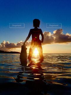空,屋外,湖,太陽,ビーチ,雲,水面,人物,人