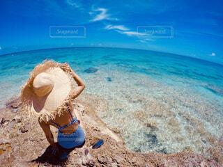砂浜の上に座っている青いフリスビーの写真・画像素材[4369728]