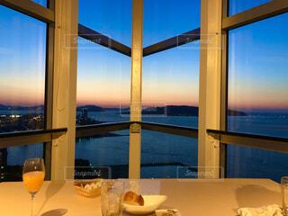 大きな窓の眺めの写真・画像素材[4380213]
