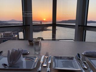 夕日を見ながら食べられるお店の写真・画像素材[4380224]