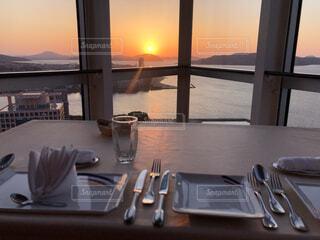 テーブルの上に水を1杯入れの写真・画像素材[4380225]
