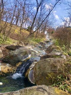 温泉が流れる川の写真・画像素材[4386656]