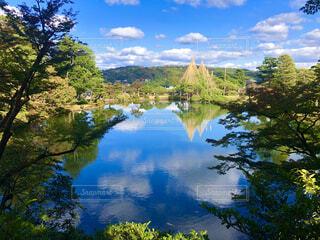 湖に反射する兼六園の写真・画像素材[4386851]