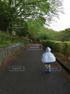 小雨が降る中、公園にてお散歩の写真・画像素材[4370796]