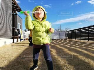 芝生のお庭でしゃぼん玉遊びの写真・画像素材[4370808]