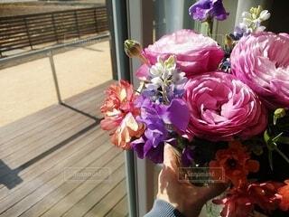 窓際のお花の写真・画像素材[4370899]