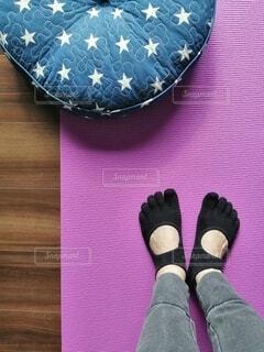 靴,サンダル,紫,人物,人,運動,フィットネス,アクティブ,履物,ヨガマット,五本指ソックス,ながらトレーニング