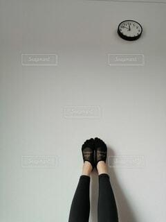 女性,屋内,時計,壁,脚,トレーニング,タイツ,レギンス,宅トレ,トレーニングウェア,女性の脚