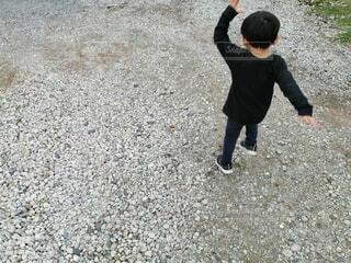 風景,屋外,人物,人,行進,地面,幼児,砂利,少年,男の子,若い,履物,わんぱく
