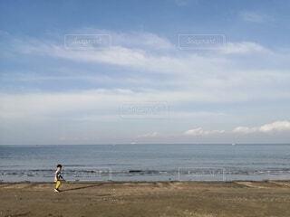 海岸を走る男の子の写真・画像素材[4370921]