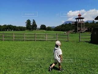 牧場を歩く男の子の写真・画像素材[4370929]