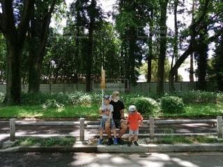 公園の木陰で休む親子の写真・画像素材[4370933]